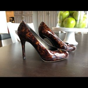 Platswoon Patent Leather Pumps in Cognac/Tortuga